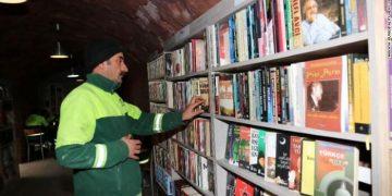 مكتبة من كتب القمامة