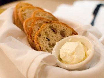 تقديم الخبز في المطاعم
