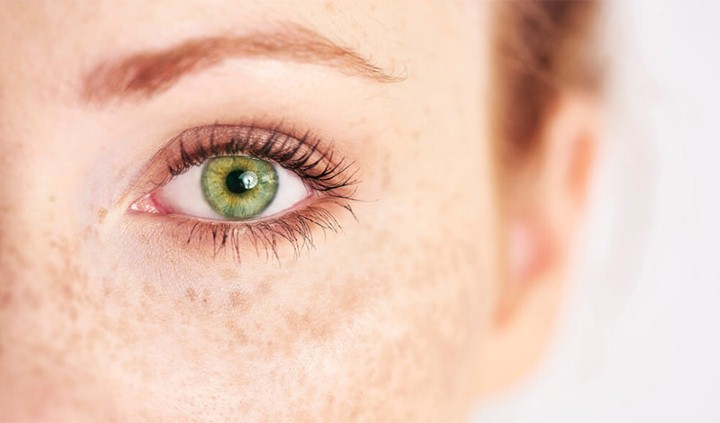 عيون خضراء